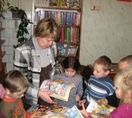 Детский сад на экскурсии в библиотеке